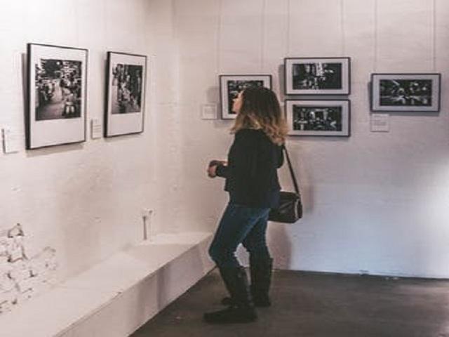 Kvinna som betraktar konst